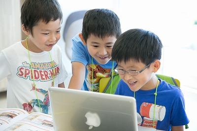 プログラミングを学ぶ小学生